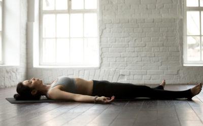 Dormir par terre: origines et bienfaits