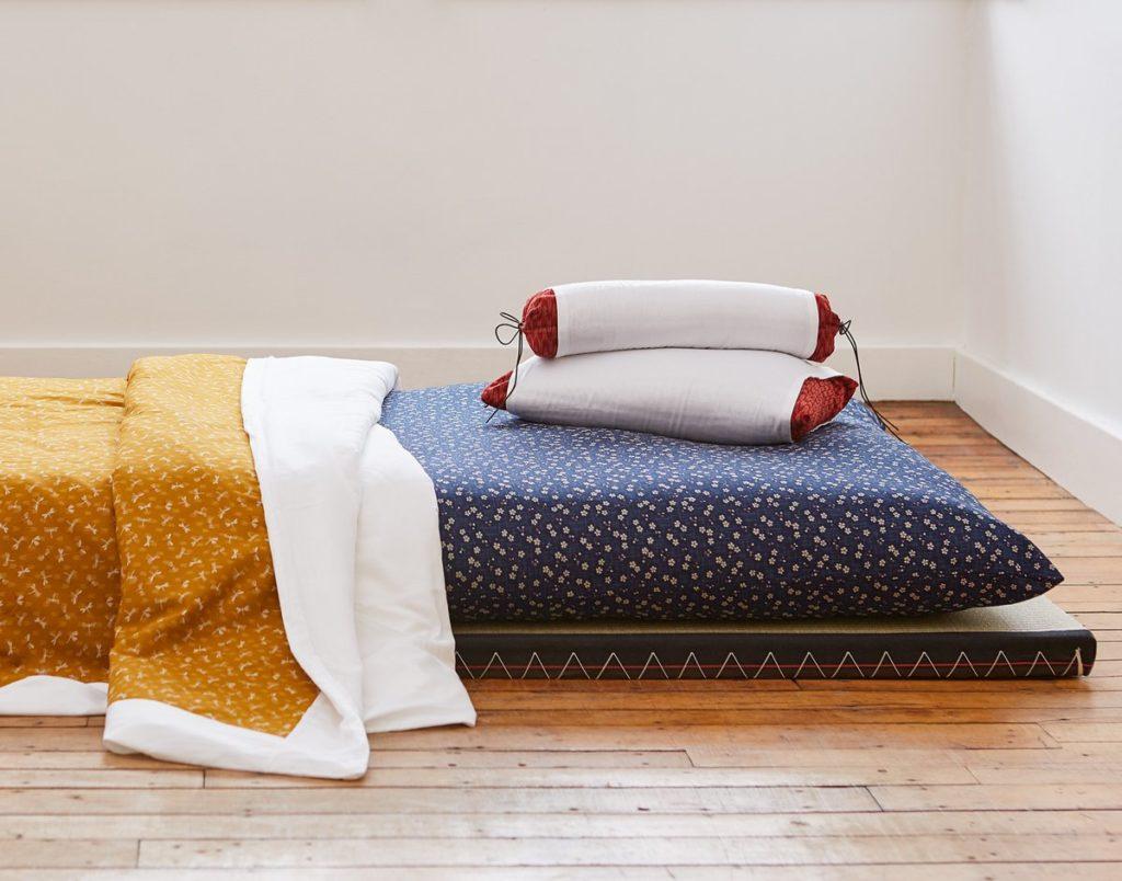 dormir par terre sur un futon